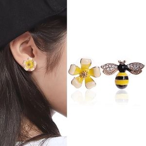 Jewelry - 5/$25 Bee + Flower Dainty Stud Earrings 🐝